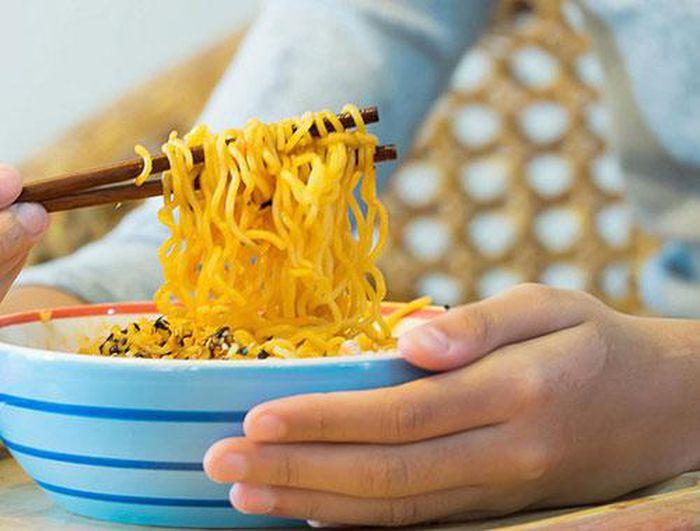 'Bật mí' cách ăn mì tôm không gây hại cho sức khỏe