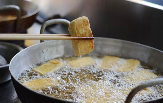 Mẹo dùng chảo thường chiên đậu không dính